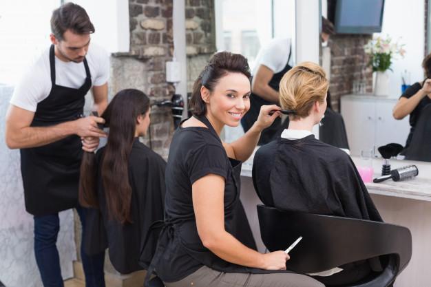 parrucchieri-che-lavorano-ai-loro-clienti_13339-278904